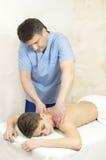 Tillvägagångssätt av den medicinska medicinska massagen för sportkropp Royaltyfri Fotografi