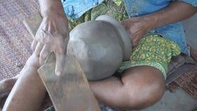 Tillvägagångssätt av lergods och keramiskt i Thailand arkivfilmer