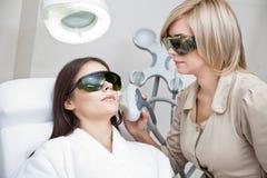 Tillvägagångssätt för laser-hårborttagning Arkivfoto
