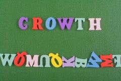 Tillväxtord på grön bakgrund som komponeras från träbokstäver för färgrikt abc-alfabetkvarter, kopieringsutrymme för annonstext Royaltyfri Fotografi