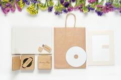 Tillverka fotografi som förpackar härlig vit bröllopphotobook, Usb-exponeringsdrev i den handgjorda träasken, cd skiva fotoram, w Arkivfoto
