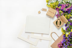 Tillverka fotografi som förpackar härlig vit bröllopphotobook, Usb-exponeringsdrev i den handgjorda träasken, cd skiva fotoram, w Arkivbild