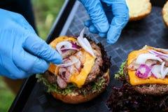Tillverka hemlagad hamburgarematlagningprocess Royaltyfri Bild