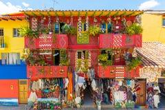 Tillverka lagret i den koloniala byn av Raquira Colombia arkivbilder