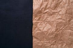 Tillverka skrynkligt papper på svart bakgrundsbetong Arkivbild