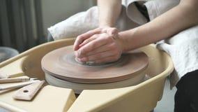 Tillverkar den ledar- ceramisten för mannen lergods på snurrmaskinen inomhus lager videofilmer