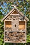 Tillverkat kryphotell för bosättningen av välgörande kryp i trädgården royaltyfri foto