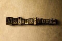 TILLVERKAT - närbild av det typsatta ordet för grungy tappning på metallbakgrunden vektor illustrationer