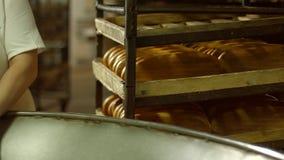 Tillverkning av bageriprodukter stock video