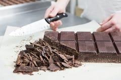 Tillverkning av chokladgodisar Arkivfoto