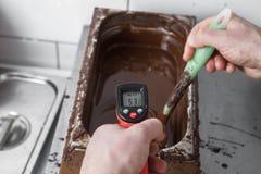 Tillverkning av chokladgodisar Royaltyfri Foto