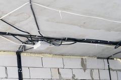 Tillverkning av elektriskt ledningsnät i ett tegelstenhus arkivfoto