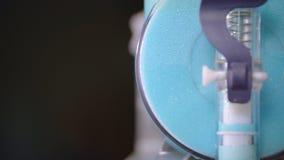 Tillverkning av fruktsmoothies Apparatur för produktion av barnslig milkshake lager videofilmer