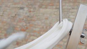 Tillverkning av karamellgodisar Framställning av den traditionella karamellgodisen Closeup av sträckning av karamell på kroken stock video