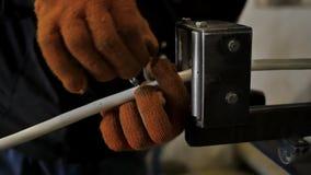 Tillverkning av metall som skyddar flätade trådar för elektriska kablar Snabb fläta maskin stock video
