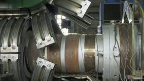 Tillverkning av plast- vattenrör Tillverkning av rör till fabriken Processen av danandeplast-rör på Arkivfoton