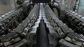 Tillverkning av plast- vattenrör Tillverkning av rör till fabriken Processen av danandeplast-rör på fotografering för bildbyråer