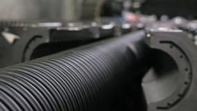Tillverkning av plast- vattenrör Tillverkning av rör till fabriken Processen av danandeplast-rör på Arkivbilder