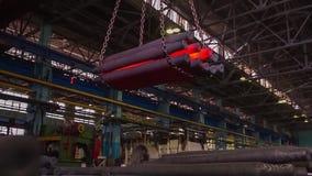 Tillverkning av stänger för drev och fraktvagnen, boxcars Stångproduktionsanläggning Bunt av den runda stången för stål - järn arkivfilmer