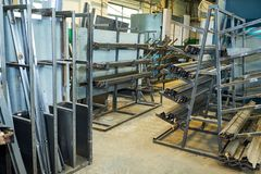 Tillverkning av ståldörrar, dellager, produktion royaltyfri fotografi