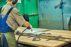 Tillverkning av st?ld?rrar, svetsning av metalld?rrar, produktion royaltyfri bild