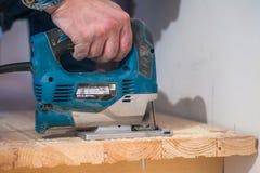 Tillverkning reparation av trätrappa i en bostads- byggnad arkivfoton
