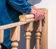 Tillverkning reparation av trätrappa i en bostads- byggnad royaltyfri foto