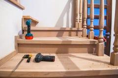 Tillverkning reparation av trätrappa i en bostads- byggnad arkivbild