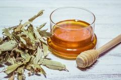 Tilo y miel en la tabla de madera blanca Imagenes de archivo
