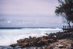 Tiltshift-Ansicht der steinigen Küstenlinie des Erholungsortes Lizenzfreies Stockbild