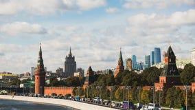 Tiltshift Timelapse sikt av den historiska mittMoskvamitten med kremlin och trafikstockning arkivfilmer
