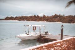 Tiltshiftmening van een witte vastgelegde motorboot met markttent stock foto's
