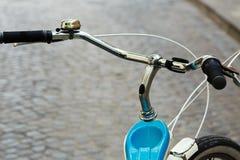 Timón de la bicicleta que se está colocando en la calle de la ciudad vieja Imagen de archivo