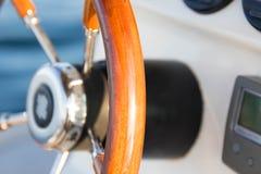 Timón de madera de la vela del motor del barco de la palabra del volante pequeño imágenes de archivo libres de regalías