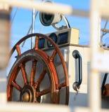 Timón en un velero Imagenes de archivo