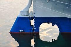 Timón y marca de la nave Imagenes de archivo