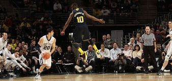 #10 Tim Hardaway Jr do #3 Trey BurkeMichigan de Michigan. faltas Penn State Foto de Stock Royalty Free