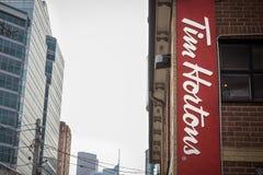 Tim Hortons Cukierniany logo w W centrum Toronto, Ontario, Kanada obrazy royalty free