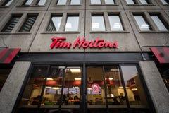 Tim Hortons logo framme av en av deras restauranger i Montreal, Quebec royaltyfri foto