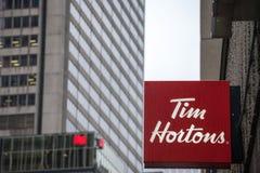 Tim Hortons logo przed jeden ich restauracje w Montreal, Quebec obraz stock