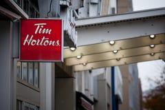 Tim Hortons logo przed jeden ich restauracje w Montreal, Quebec Tim Hortons jest kawiarni i fastfood kanadyjskim gatunkiem obraz royalty free
