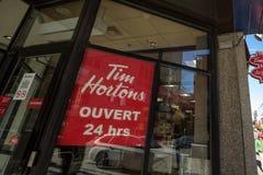 Tim Hortons logo przed jeden ich restauracje w Montreal, Quebec Tim Hortons jest kawiarni i fastfood kanadyjskim gatunkiem zdjęcia stock