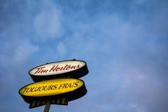 Tim Hortons logo przed jeden ich restauracje w Quebec z ich sloganem w Francuskim fotografia royalty free