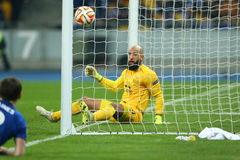 Tim Howard bekijkt de bal terwijl een ander doel, de Ligaronde van UEFA Europa van 16 tweede beengelijke tussen Dynamo toestaat e Stock Fotografie