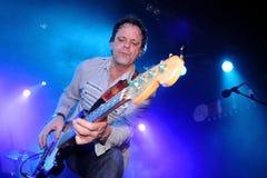 Tim Smith-de bassist van de Britse rots/de blauw verbinden Brew Stock Afbeelding