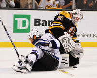 Tim Thomas, Boston Bruins e Dominic Moore, Tampa Bay Lightning Imagem de Stock
