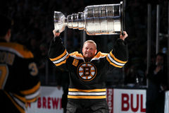 Tim Thomas tenant Stanley Cup Images stock
