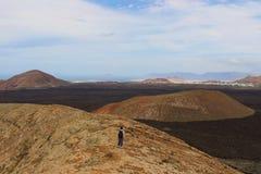 Timanfaya公园兰萨罗特岛–加那利群岛–从volcan的顶端被看见的西班牙的巨大 库存图片