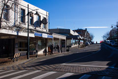 TIMARU,新西兰, 2017年6月04日:有工厂建筑物的街道 免版税库存照片