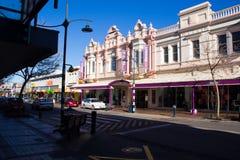 TIMARU,新西兰, 2017年6月04日:有工厂建筑物的街道 图库摄影
